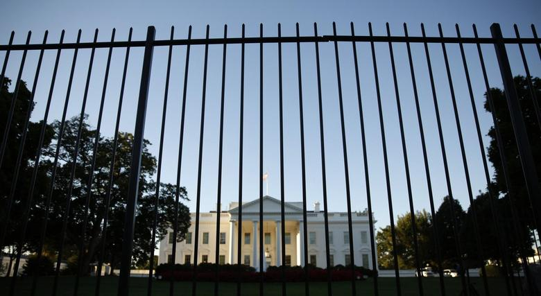 The White House seen from outside the north lawn fence in Washington September 22, 2014.  REUTERS/Kevin Lamarque