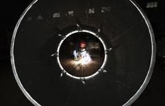 Dans une usine de Huaibei, province d'Anhui. L'activité du secteur manufacturier chinois a bénéficié en septembre d'une embellie inattendue mais l'emploi y est tombé à son plus bas niveau depuis cinq ans et demi, une évolution qui pourrait compliquer la tâche des autorités. /Photo prise le 1er septembre 2014/REUTERS