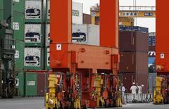 Correction: bien lire 4,7% au lieu de 4,6%.  L'Organisation mondiale du commerce table désormais sur une hausse de 3,1% seulement des échanges commerciaux cette année, alors qu'en avril, elle attendait une progression de 4,7%. /Photo prise le 18 septembre 2014/REUTERS/Toru Hanai