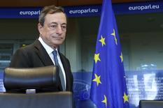 Глава ЕЦБ Марио Драги на встрече Европарламента и Комитета по финансовой политике в Брюсселе 22 сентября 2014. года. Денежно-кредитная политика еврозоны останется стимулирующей в течение долгого времени, с тем, чтобы подтолкнуть ультранизкую инфляцию ближе к двухпроцентному уровню, сказал в среду президент Европейского центробанка Марио Драги. REUTERS/Yves Herman