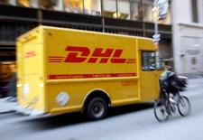 Imagen de archivo de un camión de repartos de DHL en Nueva York, nov 10 2008. La compañía de logística DHL utilizará un drone para entregar encomiendas en la isla alemana de Juist, en lo que asegura es la primera vez que se autoriza un dispositivo volador no tripulado para hacer repartos en Europa.   REUTERS/Shannon Stapleton