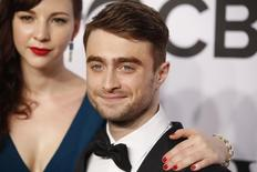 Daniel Radcliffe chega ao Tony Awards com a namorada Erin Darke, em 8 de junho.  REUTERS/Andrew Kelly