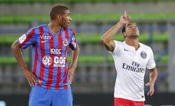 Lucas comemora gol do PSG sobre o Caen.   REUTERS/Stephane Mahe