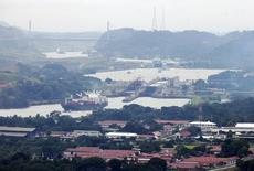 Una embarcación navega en el Canal de Panamá en Ciudad de Panamá. Imagen de archivo, 14 agosto, 2014. La economía de Panamá se expandió un 3.82 por ciento en julio del 2014 respecto al mismo mes del año previo, dijo el miércoles el Gobierno del país centroamericano. REUTERS/Rafael Ibarra