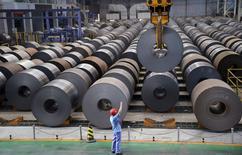 Funcionário guia guindaste transportando rolo de aço em Handan, Hebei., na China. 13/08/2014 REUTERS/Stringer