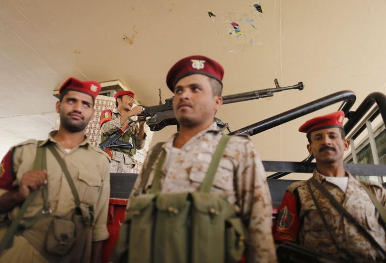 Military policemen secure the vicinity of the Central Bank of Yemen in Sanaa September 25, 2014.  REUTERS/Khaled Abdullah
