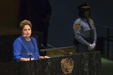 La presidenta de Brasil, Dilma Rousseff, en su presentación ante la Asamblea General de Naciones Unidas en Nueva York, sep 24 2014. La presidenta de Brasil, Dilma Rousseff, elevó por ley el contenido máximo de etanol en las mezclas de gasolina a un 27,5 por ciento desde un 25 por ciento, según el boletín oficial del Gobierno publicado el jueves.  REUTERS/Adrees Latif