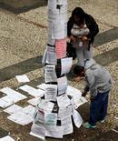Pessoas olham vagas de emprego no centro de São Paulo. 13/08/2014 REUTERS/Paulo Whitaker