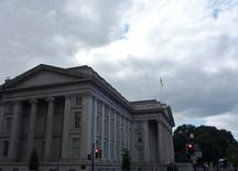 El edificio del Departamento del Tesoro de Estados Unidos en Washington, sep 29 2008. Los rendimientos de los bonos de largo plazo del Tesoro estadounidense caían el jueves a mínimos de más de dos semanas, tras datos flojos de pedidos de bienes durables y crecimiento del sector servicios que sembraron dudas sobre la fortaleza de la economía de Estados Unidos y alentaron compras de refugio.   REUTERS/Jim Bourg