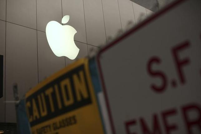 9月25日、米ナスダック市場でアップル株が値下がりした。写真は同社のロゴマーク。サンフランシスコで2013年1月撮影(2014年 ロイター/Robert Galbraith)
