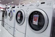 Unas lavadoras y secadoras a la venta en una tienda en Nueva York, jul 28 2010.  Los pedidos de bienes duraderos manufacturados en Estados Unidos sufrieron en agosto su mayor caída, pero un repunte de los planes de gastos de las empresas sugiere una fortaleza subyacente en el sector de manufacturas. REUTERS/Shannon Stapleton