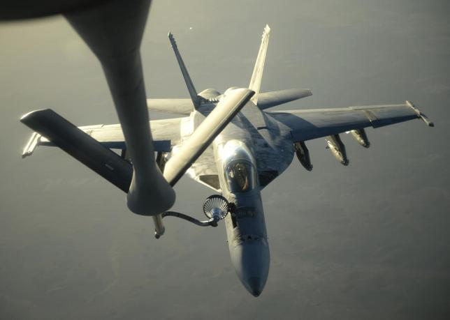 A U.S. Navy F-18E Super Hornet receives fuel from a KC-135 Stratotanker over northern Iraq after conducting air strikes in Syria on September 23, 2014.  REUTERS/Shawn Nickel/U.S. Air Force/Handout