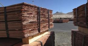 Láminas de cobre en un depósito en la mina Zaldivar de Barrick en Antofagasta, Chile. Imagen de archivo, 05 abril, 2013. El cobre subió el viernes por una estrechez en los suministros de corto plazo, pero se negoció cerca de mínimos de tres meses ante preocupaciones sobre un esperado aumento de la oferta y una débil demanda en el mayor consumidor de metales, China. REUTERS/Julie Gordon