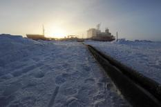Le géant pétrolier russe Rosneft a annoncé samedi avoir fait une nouvelle découverte de pétrole avec ExxonMobil dans un gisement offshore de l'Arctique. Toutefois, le développement de ce site de production devrait poser problème car les grandes compagnies pétrolières doivent interrompre leurs projets en Russie dans le cadre des sanctions occidentales liées au rôle de Moscou dans la crise ukrainienne. /Photo d'archives//U.S.  Coast Guard/Petty Officer 3rd Class Grant DeVuyst