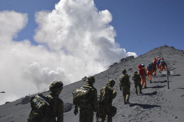 9月29日、御嶽山が27日に噴火し、多数の犠牲者が出たことで、噴火予知の技術的な能力や態勢面などで困難な要因が山積していることを印象づけた。御嶽山、28日撮影。陸上自衛隊提供(2014年 ロイター)