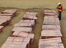 Trabajadores revisan lotes de cobre en una mina al sur de Congolese, provincia de Katanga. Imagen de archivo, 19 enero, 2013. Los precios del cobre tocaban mínimos de casi tres meses el lunes, presionados por un fuerte avance del dólar y la incertidumbre sobre el panorama de crecimiento en China, el mayor consumidor del metal. REUTERS/Jonny Hogg