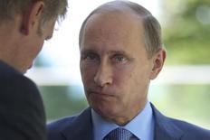 Presidente russo, Vladimir Putin, conversa com seu porta-voz, Dmitry Peskov, em Sochi. 15/08/2014 REUTERS/Ivan Sekretarev/Pool