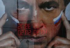 Вывеска обменного пункта отражается в рекламном щите в Москве 29 сентября 2014 года. Рубль в понедельник сформировал исторические минимумы к доллару США и бивалютной корзине из-за спроса на американскую валюту, как внешнего так и внутреннего, в условиях низких нефтяных цен и негативного эффекта западных санкций против России. REUTERS/Maxim Shemetov