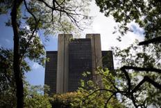 Imagen de archivo del Banco Central de Brasil en Brasilia, ene 15 2014. Un miembro del directorio del Banco Central de Brasil dijo el lunes que si es necesario, la entidad podría subir rápidamente las tasas de interés para combatir la inflación pero no ofreció pistas sobre cuándo podría ocurrir eso. REUTERS/Ueslei Marcelino