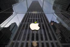 """El símbolo de Apple en su tienda principal en Nueva York. Imagen de archivo, 22 abril, 2014. La Unión Europea acusó a Irlanda de dar una ayuda estatal ilegal a Apple Inc. a través de un régimen fiscal que no tiene """"ninguna base científica"""", el cual ayudó al fabricante del iPhone a ahorrar miles de millones de dólares en impuestos internacionales. REUTERS/Brendan McDermid"""