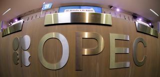 Una mesa con el logo de la OPEP en la presentación de su panorama mundial de petróleo en Viena, nov 7 2013. La oferta de petróleo de la OPEC subió en septiembre a máximos de casi dos años, según un estudio de Reuters, debido a una recuperación del bombeo en Libia y una mayor producción en Arabia Saudita y otros países del Golfo Pérsico, en medio de un declive de precios, que han caído bajo 100 dólares el barril.  REUTERS/Leonhard Foeger