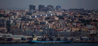 Un barco carguero en el puerto de Lisboa, mayo 15 2014. Los desequilibrios globales en comercio y flujos de inversión se han reducido en más de un tercio tras alcanzar un máximo hace ocho años y probablemente bajen aún más en el futuro, lo que disminuye su amenaza para la economía mundial, dijo el martes el Fondo Monetario Internacional (FMI).   REUTERS/Rafael Marchante