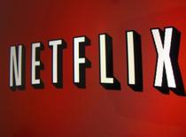 """El logo de Netflix visto en un iPad en Encinitas, California. Imagen de archivo, 19 abril, 2013. Netflix Inc dijo que producirá la secuela de la película ganadora del Oscar """"Crouching Tiger, Hidden Dragon"""" junto a Weinstein Co, con lo que marca su entrada a la producción cinematográfica.  REUTERS/Mike Blake"""