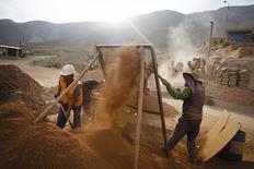 Trabajadores de la minera Aurelsa cuelan  piedras que contienen oro en la planta de la compañía en Relave. Imagen de archivo, 20 febrero, 2014. La actividad del sector de la minería e hidrocarburos de Perú cayó en agosto por quinto mes consecutivo, golpeada por un persistente declive de la producción de oro y cobre, dijo el miércoles el Gobierno. REUTERS/ Enrique Castro-Mendivil