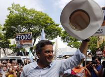 Candidato à Presidência pelo PSDB, Aécio Neves, acena para eleitores em Mogi das Cruzes. 01/10/2014. REUTERS/Paulo Whitaker