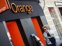 Le titre Orange figure au rang des valeurs à suivre ce jeudi à la Bourse de Paris, alors que le numéro un français des télécoms proposera bientôt via ses boxes l'accès à Netflix, après être parvenu à accord avec le service américain de vidéos en illimité. /Photo prise le 16 septembre 2014/REUTERS/Andrea Comas