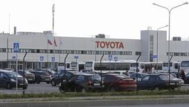 Вид на завод  Toyota Motor Corp в Санкт-Петербурге 18 сентября 2013 года. Toyota Motor Corp ждет сохранения продаж в России на уровне прошлого года, несмотря на ухудшение рынка и благодаря ставке на автомобили дорогого сегмента, сообщил представитель японской компании. REUTERS/Alexander Demianchuk