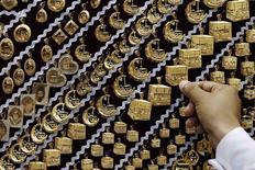Золотые украшения в ювелирном магазине в Мекке 27 сентября 2014 года. Цены на золото малоподвижны, получая поддержку слабой производственной статистики и первого в США случая заражения вирусом Эбола, которые вызвали спад на фондовых рынках. REUTERS/Muhammad Hamed