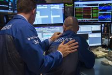 """Трейдеры на Нью-Йоркской фондовой бирже 2 октября 2014 года. Уолл-стрит завершила волатильную сессию четверга без существенных изменений индексов, а """"перепроданные"""" бумаги энергетического сектора отскочили. REUTERS/Lucas Jackson"""