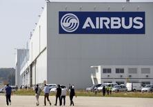 Airbus Group, à suivre vendredi à la Bourse de Paris. Boeing a l'intention de porter la cadence de production de son modèle 737 à 52 exemplaires par mois en 2018, contre 42 actuellement, visant un nouveau record justifié selon lui par la demande mondiale d'avions neufs. /Photo prise le 25 septembre 2014/REUTERS/Régis Duvignau