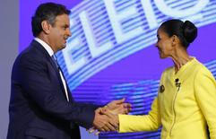 Candidata do PSB à Presidência, Marina Silva, cumprimenta Aécio Neves, do PSDB, antes de debate no Rio de Janeiro. 02/10/2014. REUTERS/Ricardo Moraes