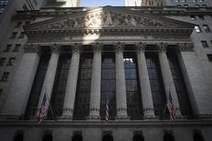 La semaine qui vient sera marquée à Wall Street par le début des publications de résultats des entreprises au troisième trimestre et les investisseurs craignent tout particulièrement l'impact du dollar fort. /Photo prise le 4 août 2014/REUTERS/Carlo Allegri