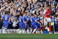 """Игроки """"Челси"""" радуются голу, забитому в ворота """"Арсенала"""" в Лондоне 5 октября 2014 года. """"Челси"""" увеличил отрыв от соперников по английской Премьер-Лиге до пяти очков благодаря победе в лондонском дерби над """"Арсеналом"""" и поражению удивившего на старте сезона """"Саутгемптона"""" от другого столичного клуба - """"Тоттенхэма"""". REUTERS/Stefan Wermuth"""