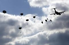 Американские военные парашютируются с самолета  Boeing C-17 близ Олькуша, Польша 5 мая 2014 года. Намерение НАТО расширить военное присутствие в Восточной Европе не нарушает соглашения, заключенного с Россией после окончания холодной войны, о численности военных в регионе, заявил новый глава альянса Йенс Столтенберг. REUTERS/Kacper Pempel