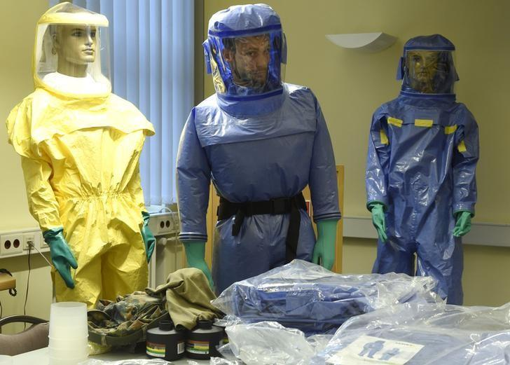 Members of the German army, Bundeswehr, prepare volunteers during a barrier nursing course for dealing with infectious diseases at the Bernhard-Nocht-Institute in Hamburg Ocotber 7, 2014. REUTERS/Fabian Bimmer