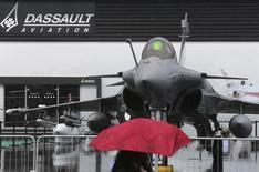 Airbus Group réfléchit à la vente aux institutions financières de 10% de Dassault Aviation,  une transaction qui serait la première étape vers une cession de la totalité des 46% détenus par le constructeur aéronautique européen dans le fabricant du Rafale. /Photo d'archives/REUTERS/Pascal Rossignol