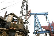 Рабочий у станка-качалки на месторождении нефти в Баку 17 марта 2009 года. Цены на нефть Brent опустились ниже $91 за баррель из-за прогнозов слабого роста мировой экономики и повышения запасов нефти в США. REUTERS/David Mdzinarishvili