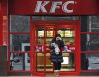 Yum Brands, la maison mère des chaînes de restaurants KFC et Pizza Hut, a annoncé mardi la baisse de 14% de ses ventes à magasins constants en Chine au troisième trimestre en raison d'un scandale alimentaire impliquant un de ses anciens fournisseurs. /Photo d'archives/REUTERS/Kim Kyung-Hoon