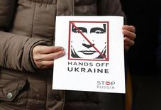 Человек с плакатом в поддержку Украины на демонстрации в Дублине 6 марта 2014 года.  Европейский союз может ужесточить санкции против России, если политика Москвы в отношении Украины не изменится, сказал министр иностранных дел Польши Гжегож Схетина. REUTERS/Cathal McNaughton