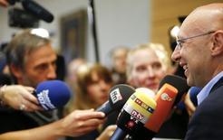 Обладатель Нобелевской премии по химии 2014 года Штефан Хелль отвечает на вопросы журналистов в институте в Гёттингене 8 октября 2014 года. Нобелевскую премию по химии 2014 года получили американцы Эрик Бетциг и Уильям Морнер, а также немец Штефан Хелль за разработки в области высокочувствительной флуоресцентной микроскопии. REUTERS/Kai Pfaffenbach