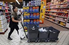 Casino et Intermarché ont annoncé mercredi qu'ils allaient à leur tour, après Auchan et Système U, regrouper leurs achats dans les produits de grandes marques vendus en France à compter des négociations tarifaires qui débutent en novembre. /Photo d'archives/REUTERS/Régis Duvignau