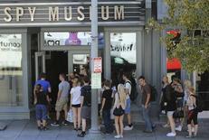 Turistas fazem fila para entrar no Museu do Espião, em Washington. 02/10/2014 REUTERS/Gary Cameron