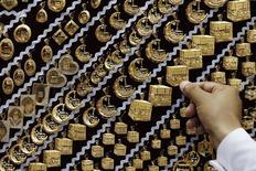 Продавец показывает товар в ювелирном магазине в Мекке 27 сентября 2014 года. Цены на золото поднялись до максимума почти двух недель благодаря снижению курса доллара после публикации протокола сентябрьского совещания ФРС. REUTERS/Muhammad Hamed