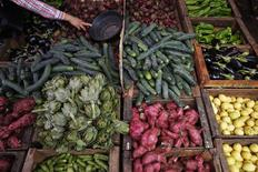 Un hombre compra vegetales en una calle en Rabat, Medina. Imagen de archivo, 24 septiembre, 2014. Los precios mundiales de los alimentos cayeron en septiembre a su nivel más bajo desde agosto del 2010, dijo el jueves la Organización de Naciones Unidas para la Agricultura y la Alimentación (FAO, por sus siglas en inglés).  REUTERS/Damir Sagolj