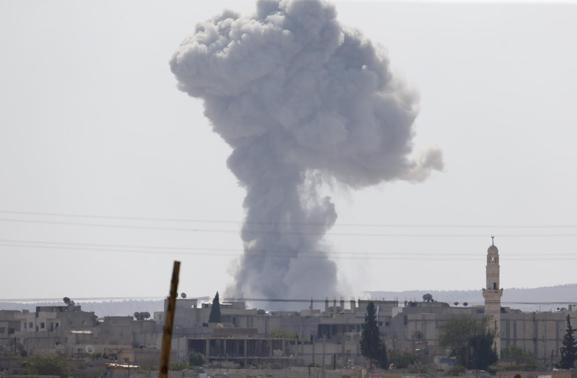 Smoke rises after an U.S.-led air strike in the Syrian town of Kobani Ocotber 9, 2014.   REUTERS-Umit Bektas
