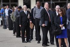 Unas personas en la fila de ingreso a una feria laboral en Uniondale, EEUU, oct 7 2014. El número de estadounidenses que solicitaron subsidios por desempleo cayó la semana pasada a cerca de su nivel más bajo desde antes de la recesión del periodo 2007-2009, en una señal de la creciente fuerza del mercado laboral de Estados Unidos.  REUTERS/Shannon Stapleton